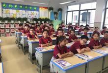 越来越多的学校用上可升降课桌椅